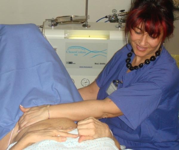 Massaggio addominale durante il colon wash