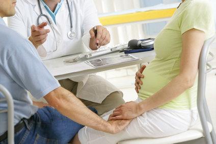 coppia con donna in gravidanza dal medico